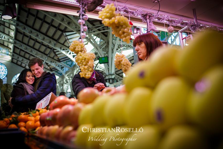 Reportaje Preboda en el Mercado Central de Valencia, Rosa y Daniel. Christian Roselló Fotografo de Bodas, con sede en Valencia.
