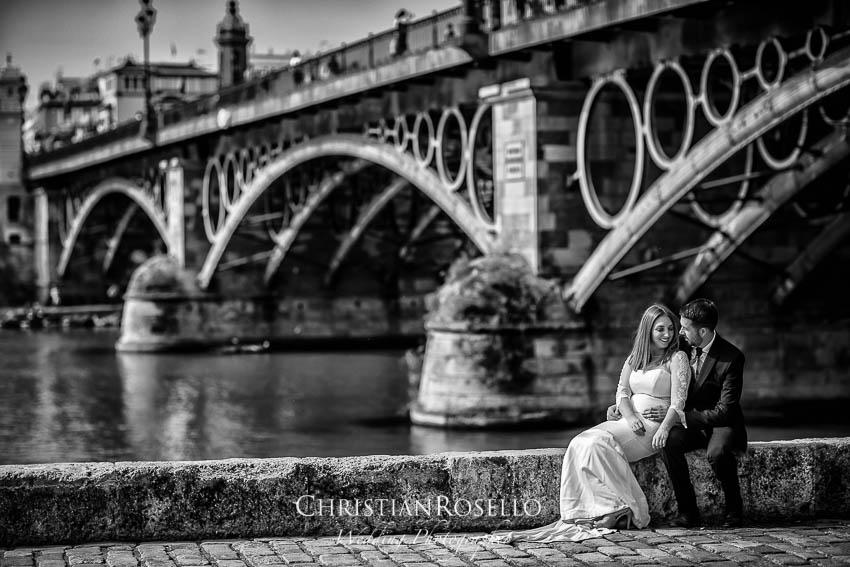 Reportaje Post Boda en Sevilla Laura y Fran. Puente de Triana Sevilla. Christian Roselló Fotógrafo de Bodas nacional e internacional con sede en Valencia.