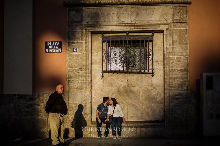 Reportaje Pre Boda en Bioparc Valencia Mª Jose y Toni. Plaza de la Virgen Valencia. Christian Roselló Fotógrafo Internacional de Bodas con sede en Valencia